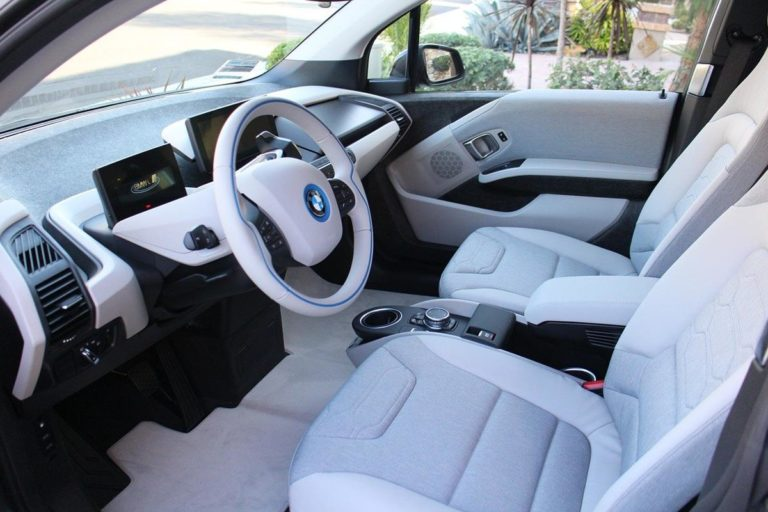 Przenośne ładowarki do samochodów elektrycznych w powszechnym użyciu właścicieli tych aut.